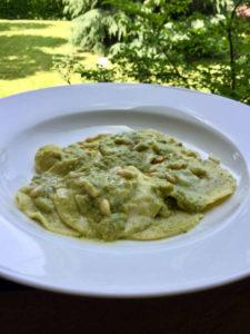 Ravioli di borragine con crema di piselli ed erbe aromatiche