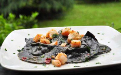 Ravioli al nero di seppia con ripieno di tartare di branzino
