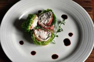 Roll di carne salada e verza con mousse di formaggi cremosi