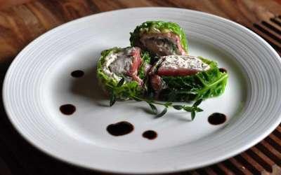 Roll di carne salada e verza con mousse di formaggi cremosi per Thun