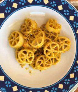Ruote pazze con salsa di pomodorini gialli e basilico con Friscous