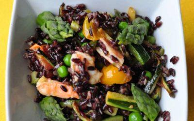 Sauté di riso Venere con pomodorini colorati, verdure di primavera, mazzancolle e cappesante