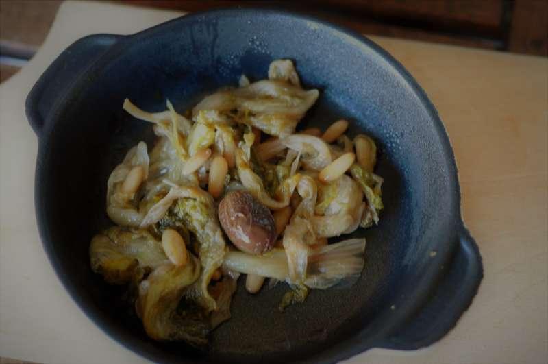 Scarola in padella con olive taggiasche e pinoli