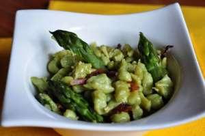 Spätzle ai piselli con asparagi e pancetta croccante
