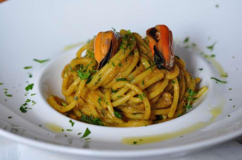 Spaghetti 600.27 di Carla Latini con crema di cozze allo zafferano ellenico
