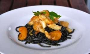 Spaghetti al nero di seppia con baccalà e pomodorini gialli