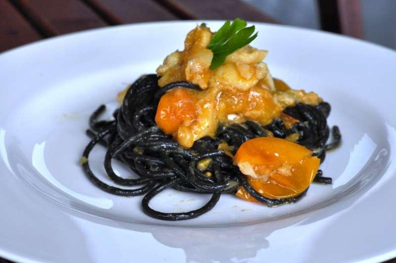 http://www.lasignoradeifornelli.it/wp-content/uploads/Spaghetti-al-nero-di-seppia-co-baccal%C3%A0-e-pomodorini-gialli2.jpg
