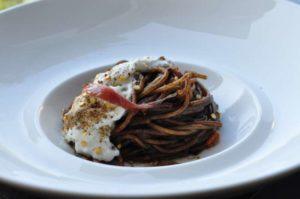Spaghetti all'aglio nero, burrata, capperi e acciughe