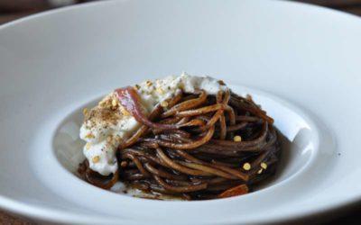 Golosaria e una ricetta: Spaghetto all'aglio nero di Aomori, burrata, capperi e acciughe da una ricetta di Andrea Bertarini