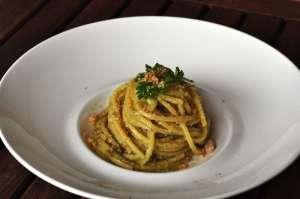 Spaghetti quadrati con cipollotto brasato, pesto di frutta secca e sbriciolato di cantucci alla mandorla