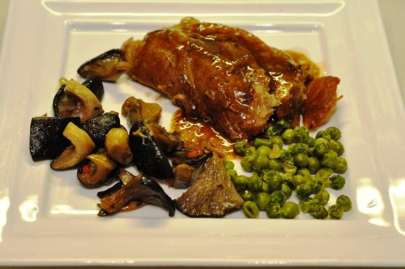 Stinco di maiale con verdure e funghi cardoncelli