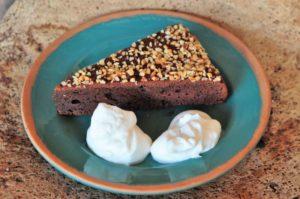 Torta castagne e cacao con granella di mandorle