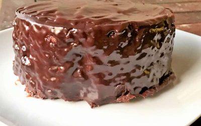 Torta di noci con glassa di cioccolato fondente