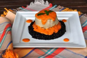 Tortino di pesce spada con caponata bianca su riso Venere integrale e salsa di pomodorini alla menta