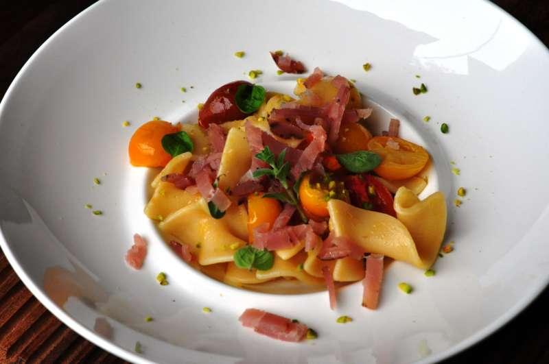 Trucioli Carla Latini con sauté di pomodorini colorati e bresaola di tonno