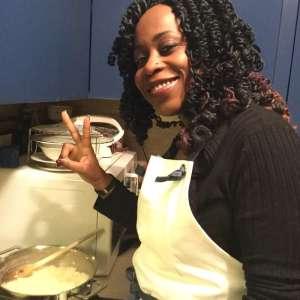 La chef Victoire Gouloubi nella cucina della Signora dei Fornelli indossa un grembiule Futura Uniform