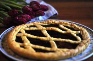 Crostata con frolla allo zafferano con confettura di fragole e fragoline di bosco Fiordifrutta