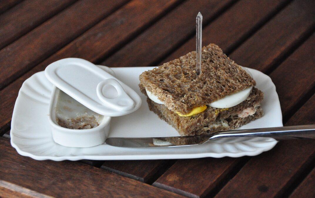 Club sandwich di pane integrale con tonno e burro all'acciuga