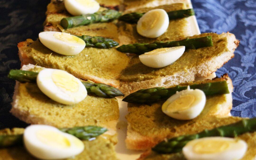 Crostini asparagi e uova di quaglia