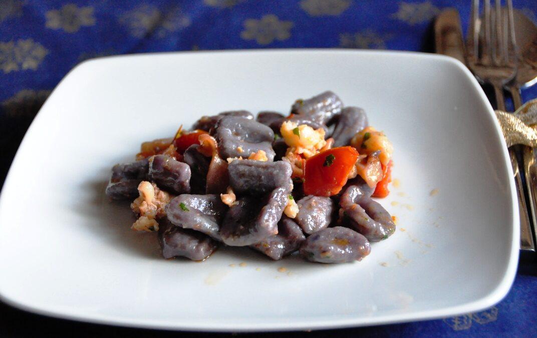 Gnocchi di patate Vitelotte al sugo di astice e calamari
