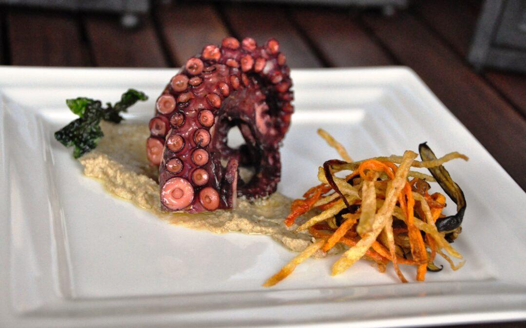 Piovra arrostita con verdure croccanti su crema di carciofi e tonno