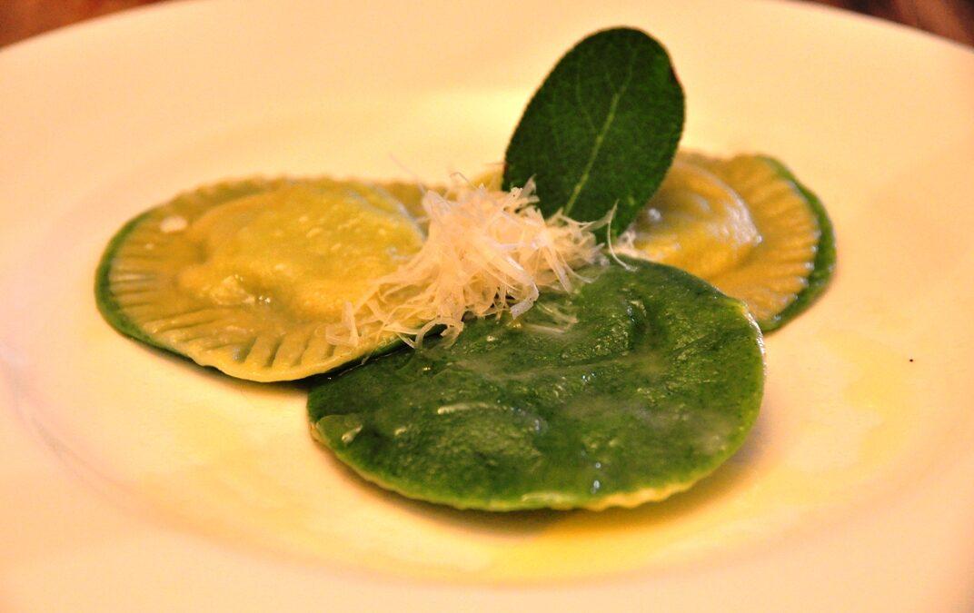 Ravioli bicolori con spinaci e ricotta
