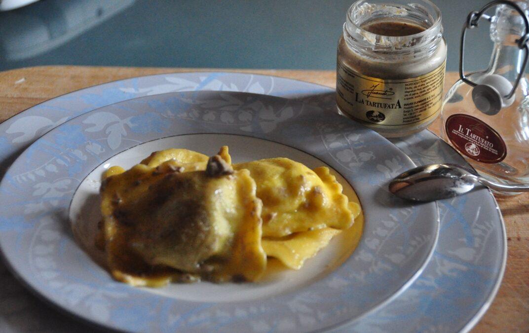 Gran Raviolo con funghi porcini e al tartufo bianco con salsa La Tartufata