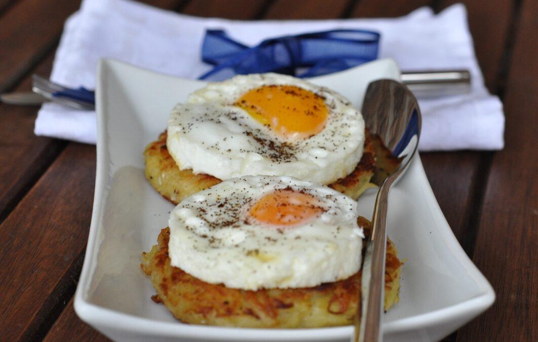 Rösti di patate con uovo all'occhio al profumo di caffè