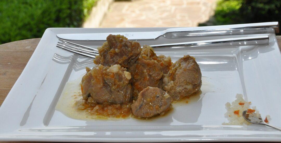 Spezzatino di vitellone al profumo di arancia con sale speciale aromatizzato con arancia e zenzero, preparato dallo chef Enrico Fiorentini