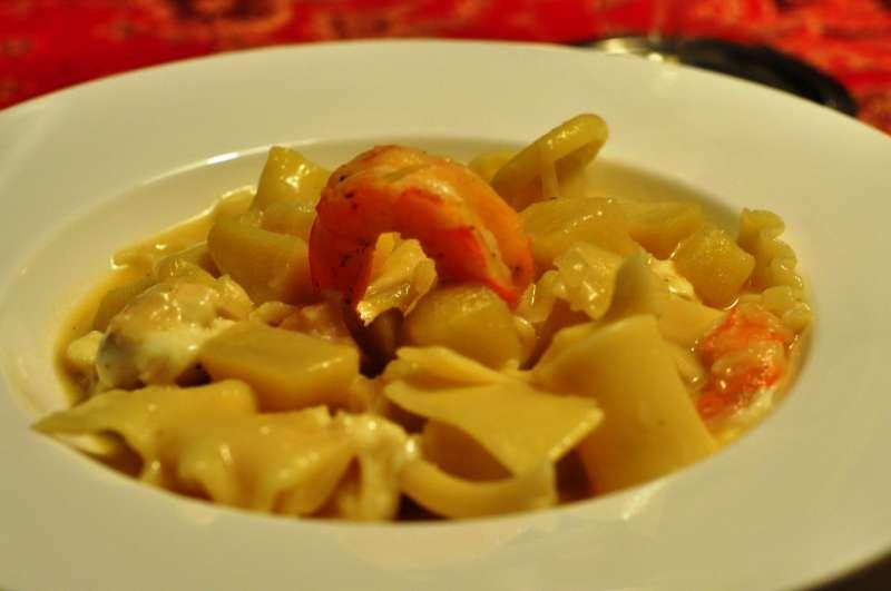 Pasta e patate con provola affumicata e gamberi