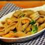 Pennucce integrali con broccoli, gamberi e condimento cipolle e mandorle