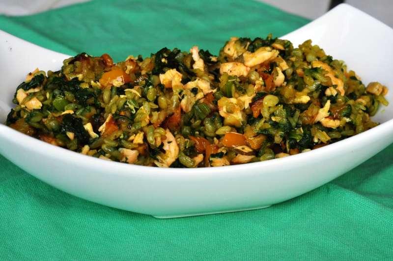 Risino di shirataki con verdure, curcuma e salmone scottato