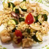 Riso integrale parboiled con calamaro saltato, zucchine e pomodorini
