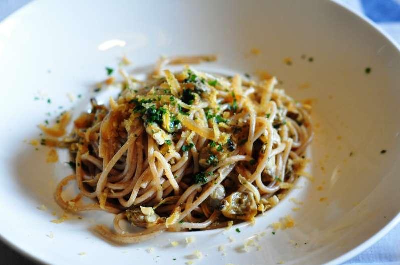 Spaghetti al farro con vongole veraci e bottarga
